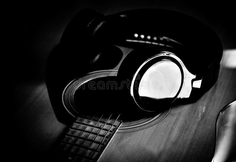 Музыка развлекает наушники и гитару стоковая фотография rf