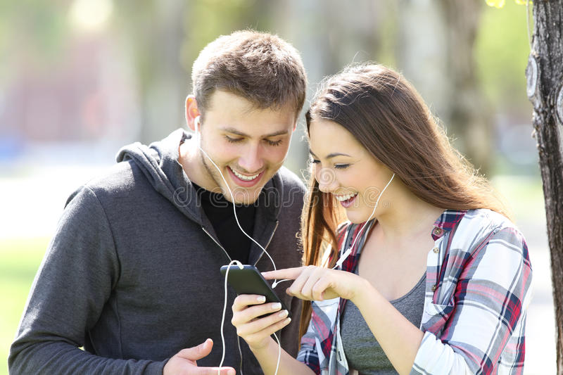 Музыка 2 друзей слушая и песня выбирать стоковое изображение rf