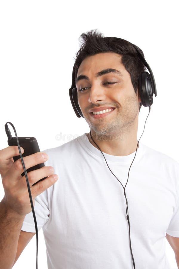 Музыка человека слушая на mp3 плэйер стоковое изображение
