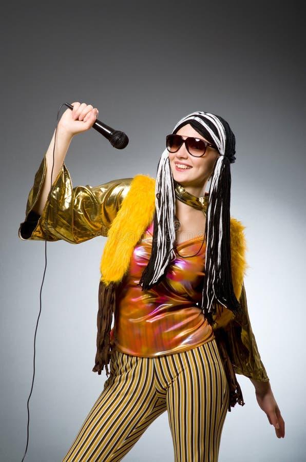 Музыкальная концепция с женщиной стоковые изображения