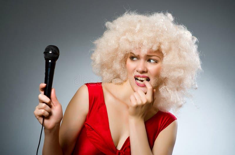 Музыкальная концепция с женщиной стоковые фотографии rf