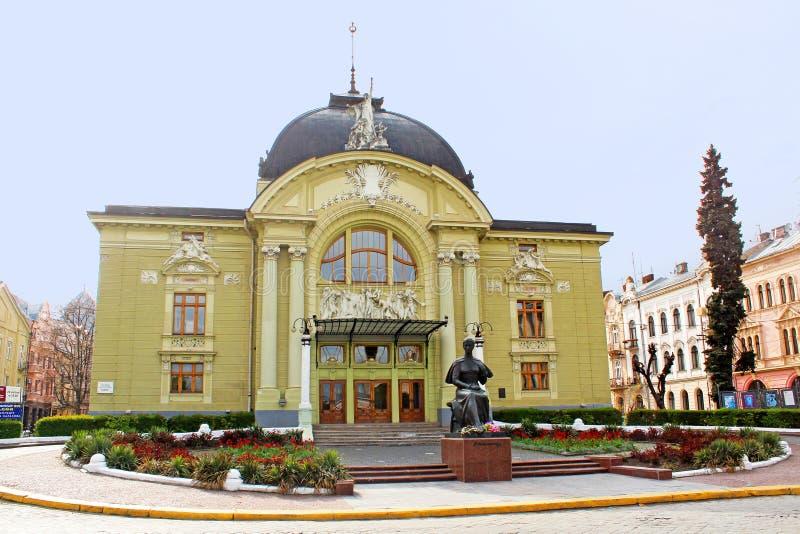 Музыка Chernivtsi и театр драмы, памятник в дождливой погоде, Chernivtsi Ольга Kobylianska, Украина стоковое фото rf