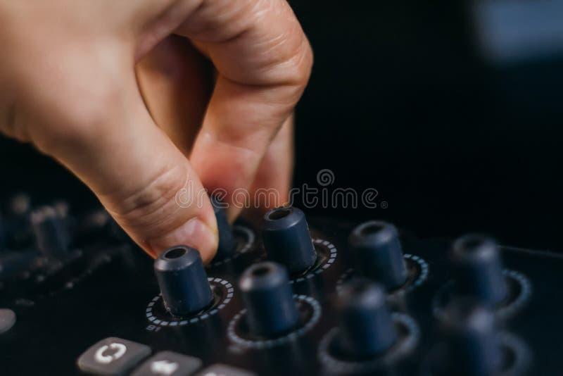 Музыка DJ смешивая на консоли на ночном клубе стоковая фотография