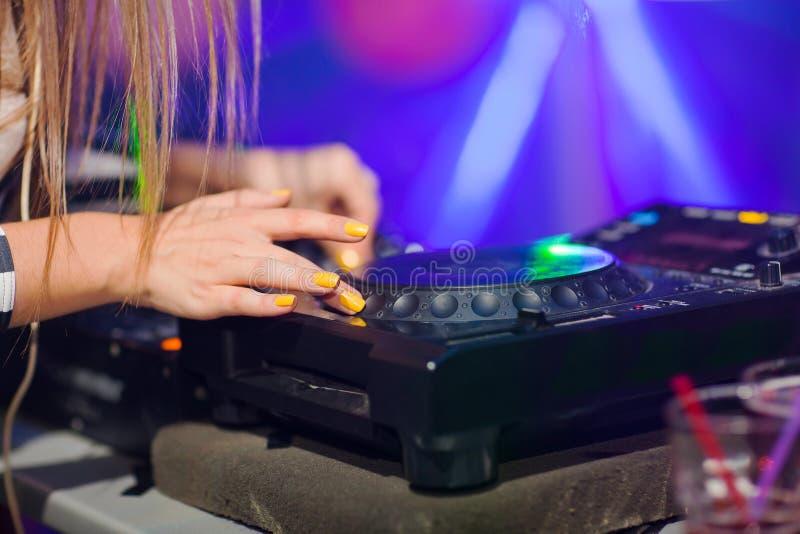 Музыка DJ смешивая на консоли на ночном клубе стоковые изображения rf