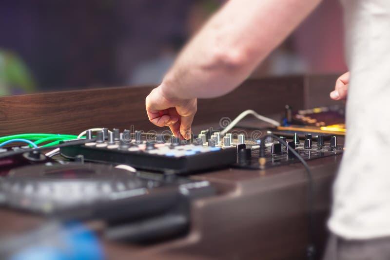 Музыка DJ смешивая на консоли стоковая фотография rf