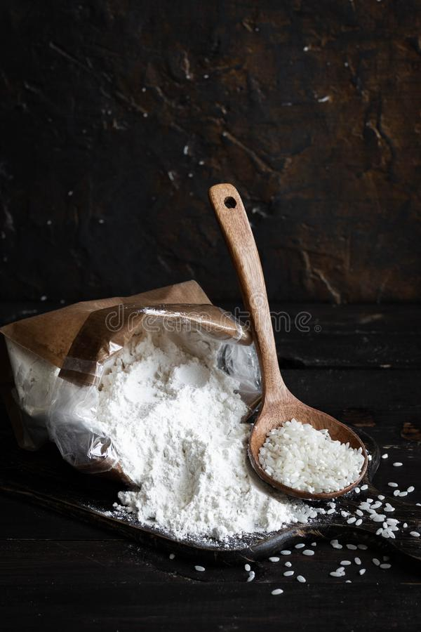 Мука белого риса в производя сумке на темной деревянной предпосылке стоковое изображение rf