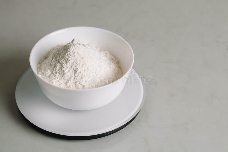 Мука в шаре в масштабе кухни стоковое изображение