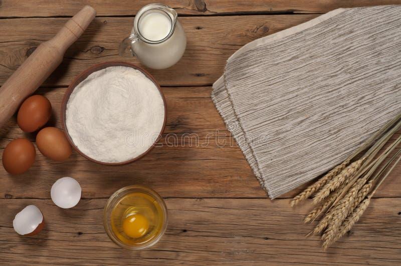 Мука шара с ушами пшеницы, яичек и молока стоковая фотография