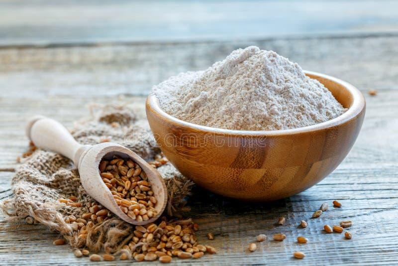 Мука wholemeal пшеницы в деревянном шаре стоковая фотография rf