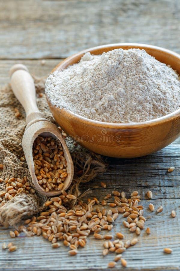 Мука wholemeal пшеницы в деревянном шаре стоковое фото rf