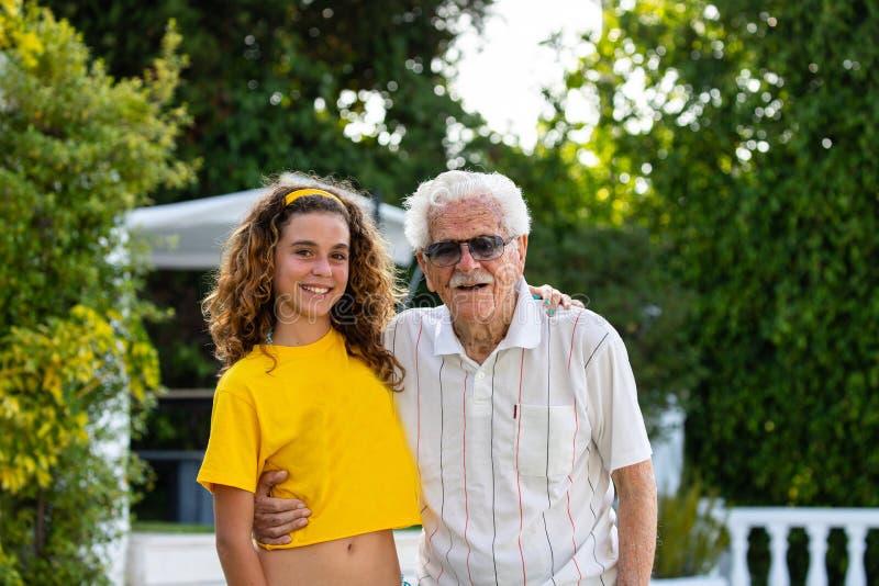Мульти-поколенческая семья, больш-дед и больш-внучка стоковое фото