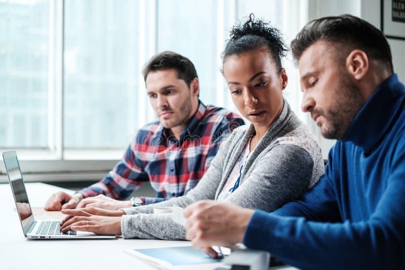 Мульти-этнические коллеги в coworking офисе стоковые фотографии rf
