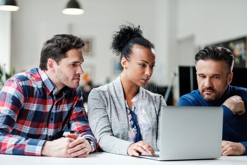 Мульти-этнические коллеги в coworking офисе стоковое изображение