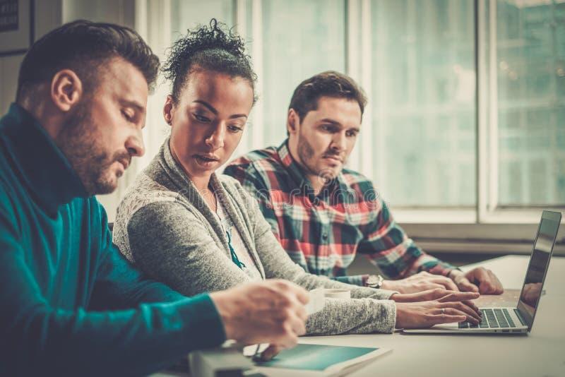Мульти-этнические коллеги в coworking офисе стоковые изображения rf