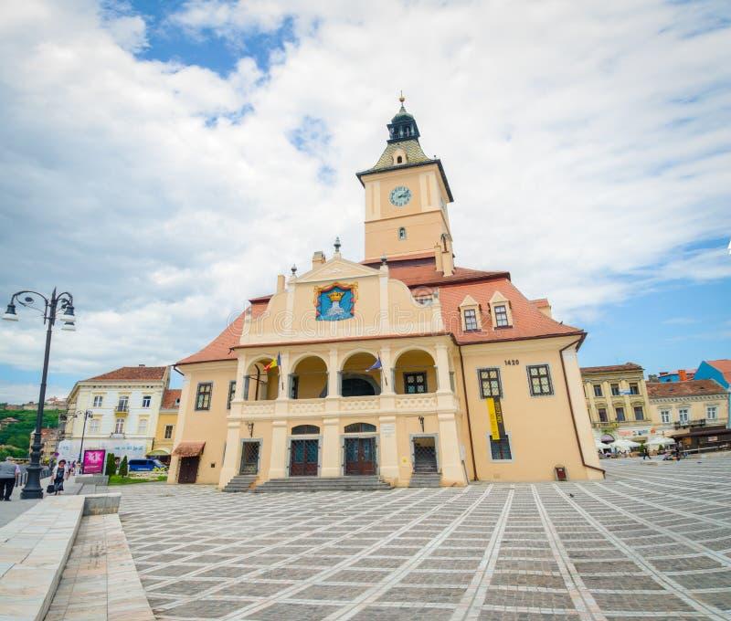 Муниципальный жилой дом или ратуша Brasov в квадрате Sfatului стоковая фотография rf