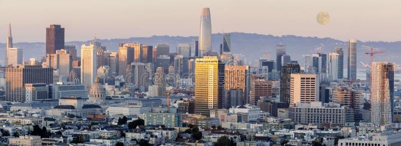 Мунный подъем над Сан-Франциско в центре Сансета, застрелен из районов Корона-Хайтс и Кастро стоковое изображение