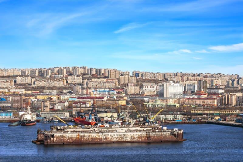 Мурманск, Россия - 14-ое мая 2019: Взгляд морского порта русского промышленного города Мурманск от залива стоковая фотография