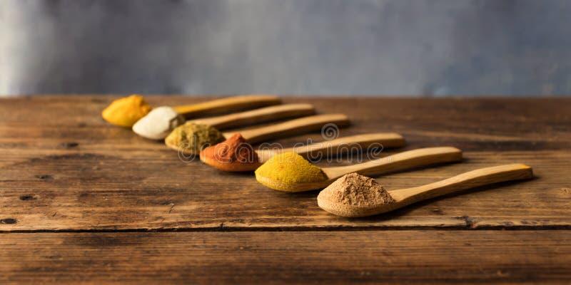 Мускат, карри, паприка, тимон, белый перец и турмерин стоковое фото rf