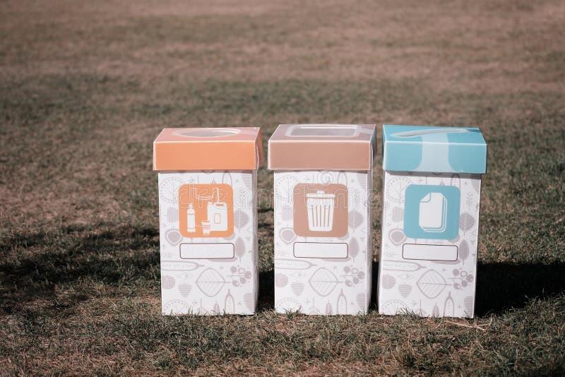 3 мусорного ящика для отдельный сортировать для экологичности земли стоковые изображения
