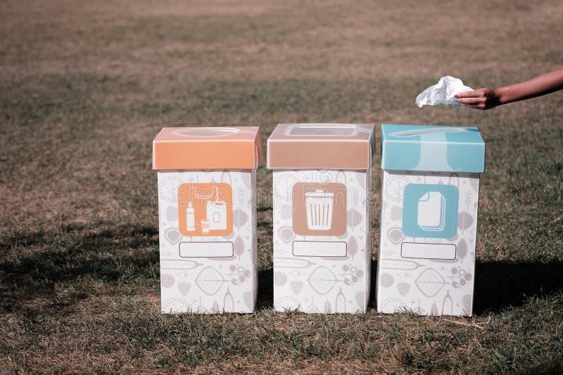 3 мусорного ящика для отдельный сортировать для экологичности земли стоковое изображение