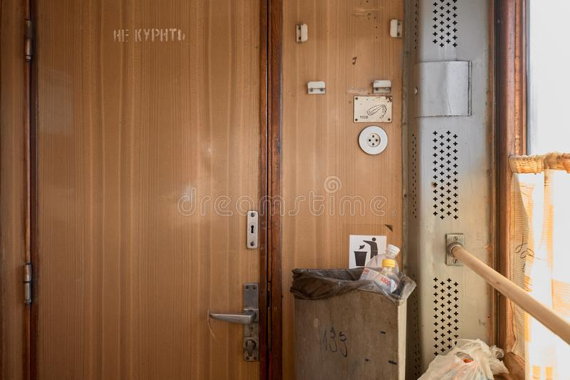 Мусорное ведро в поезде стоковая фотография rf