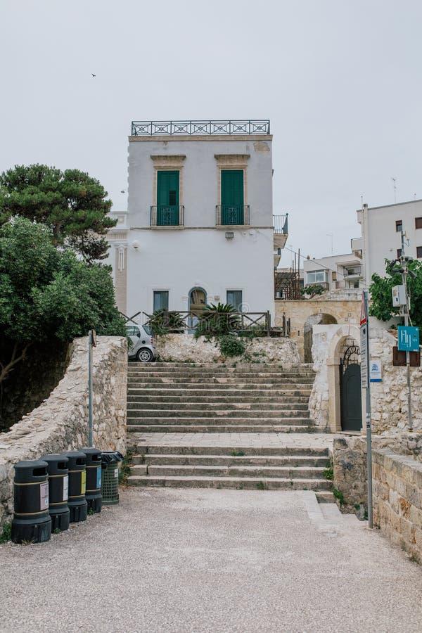 Мусорное ведро для сортировать каменные лестницы в Polignano apulia Италия конематки стоковые фотографии rf