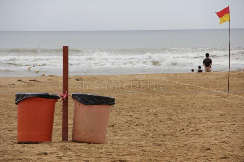 Мусорные корзины на пляже стоковые изображения rf