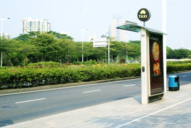 Мусорный бак лужайки дерева солнечности шоссе афиши станции такси стоковые изображения rf
