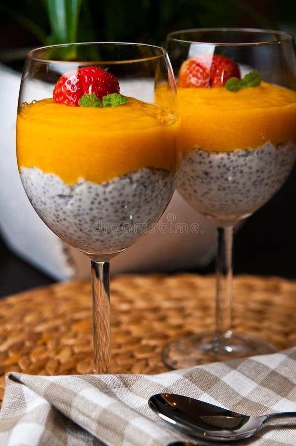Мусс манго с семенами chia и молоком кокоса стоковое изображение
