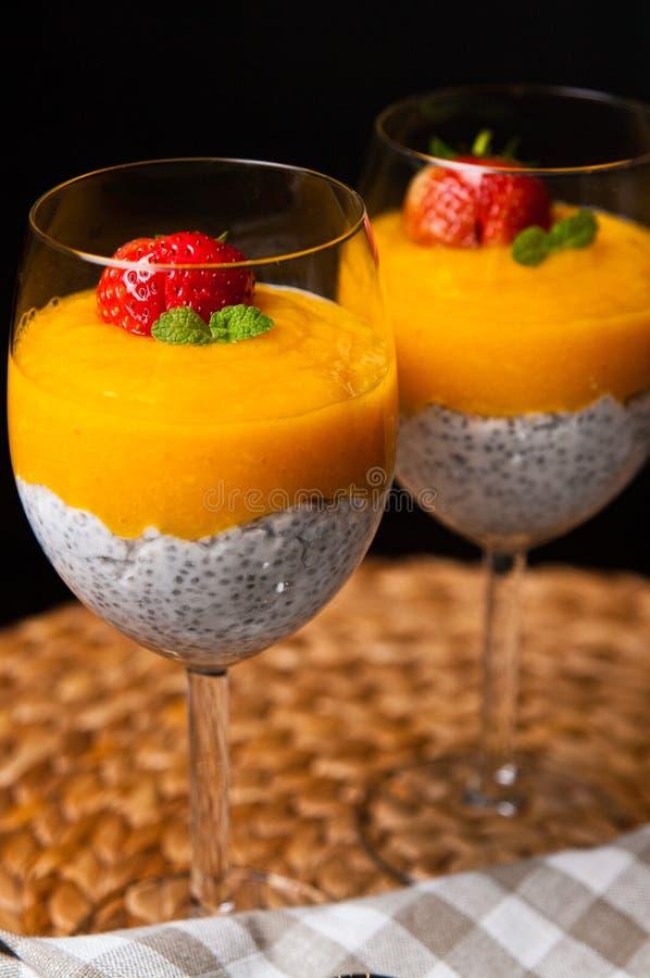 Мусс манго с семенами chia и молоком кокоса стоковое фото rf