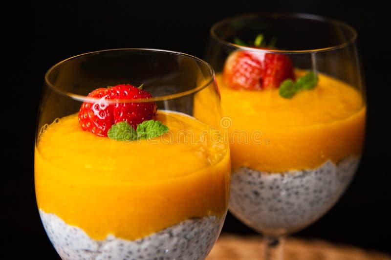Мусс манго с семенами chia и молоком кокоса стоковое фото