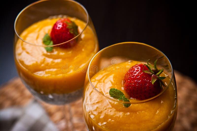 Мусс манго с семенами chia и молоком кокоса стоковая фотография