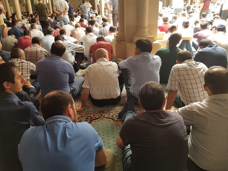 Мусульмане собранные для молитвы Jumuah Азербайджан Баку 25 05 18 стоковые фото