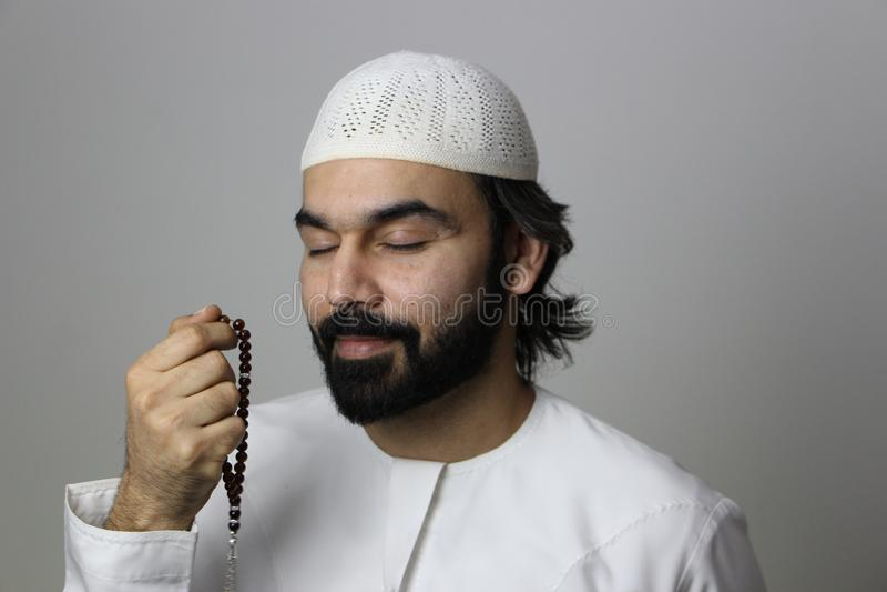 Мусульманская арабская мужская модель моля в святом месяце мусульман Рамазан молит араба Рамазан стоковое фото rf