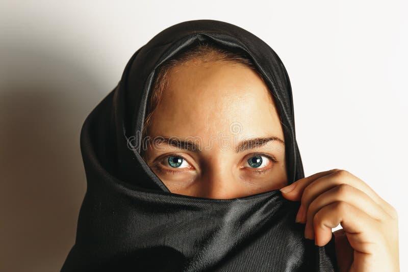 Мусульманская женщина в hijab, конце вверх по портрету стоковые изображения rf