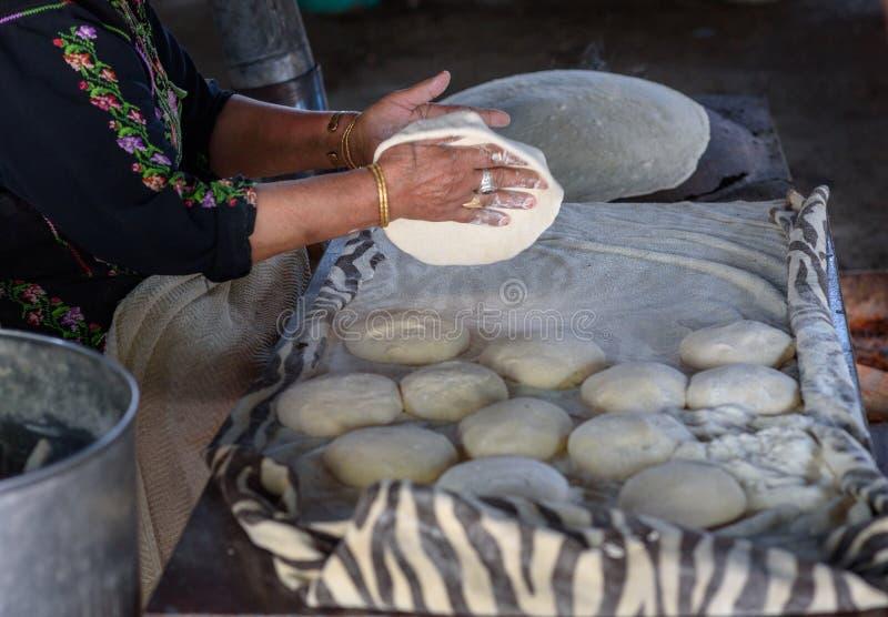 Мусульманская женщина делая еду стоковое изображение rf
