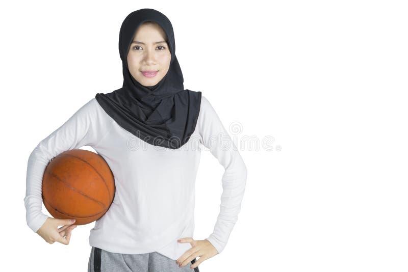 Мусульманская женщина с баскетболом стоковое фото