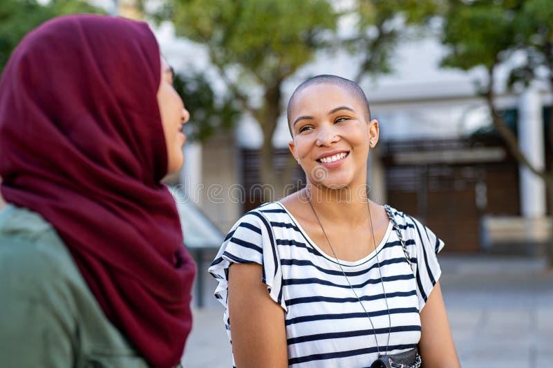 Мусульманская женщина с другом стоковое изображение