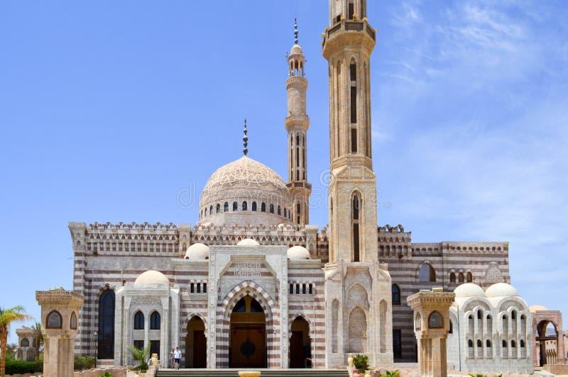 Мусульманская исламская мечеть белого кирпича для собрания мусульман для общей молитвы, литургическая архитектурноакустическая ст стоковое фото