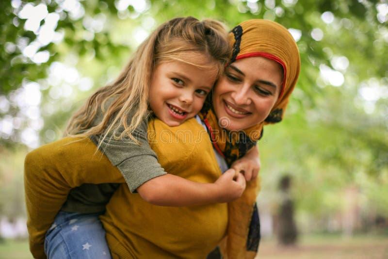 Мусульманская мать имеет потеху с дочерью стоковые фотографии rf