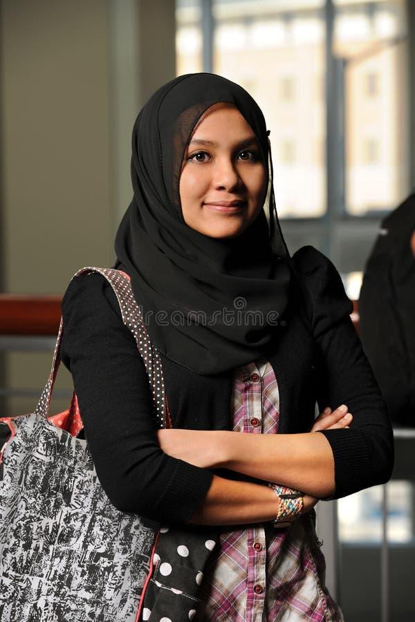 мусульманские детеныши женщины стоковые изображения rf