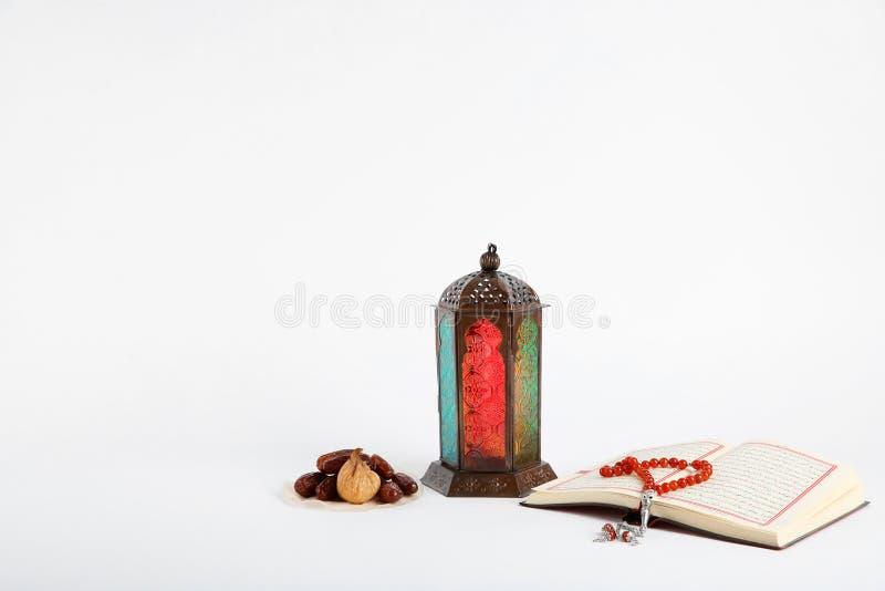 Мусульманские лампа, даты, Koran и шарики молитве стоковые фото