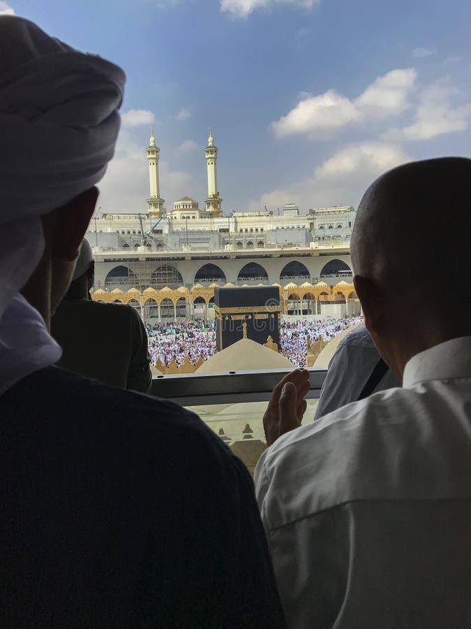Мусульманские люди делают молитву вне мечети стоковое изображение