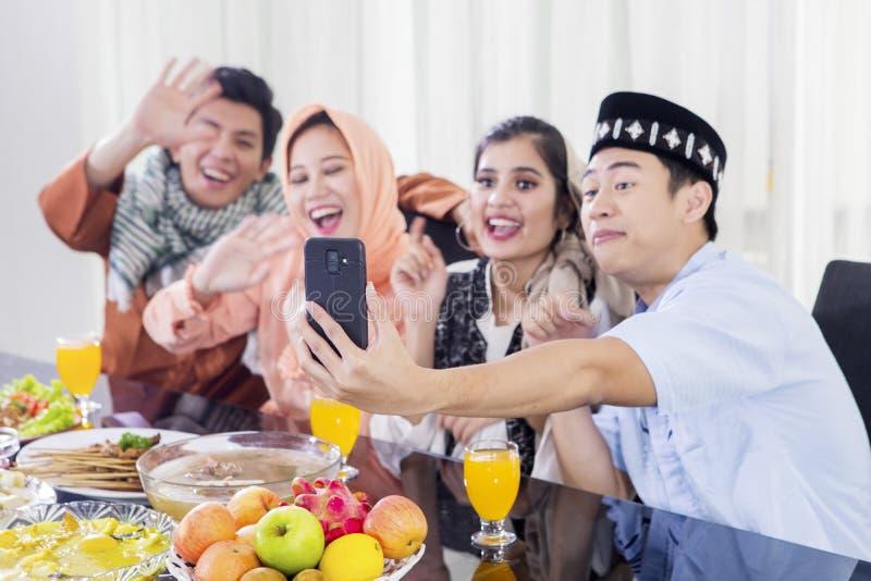 Мусульманские люди звонят видео- с телефоном стоковые изображения