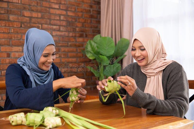 Мусульманский делая традиционный торт ketupat или риса стоковая фотография rf