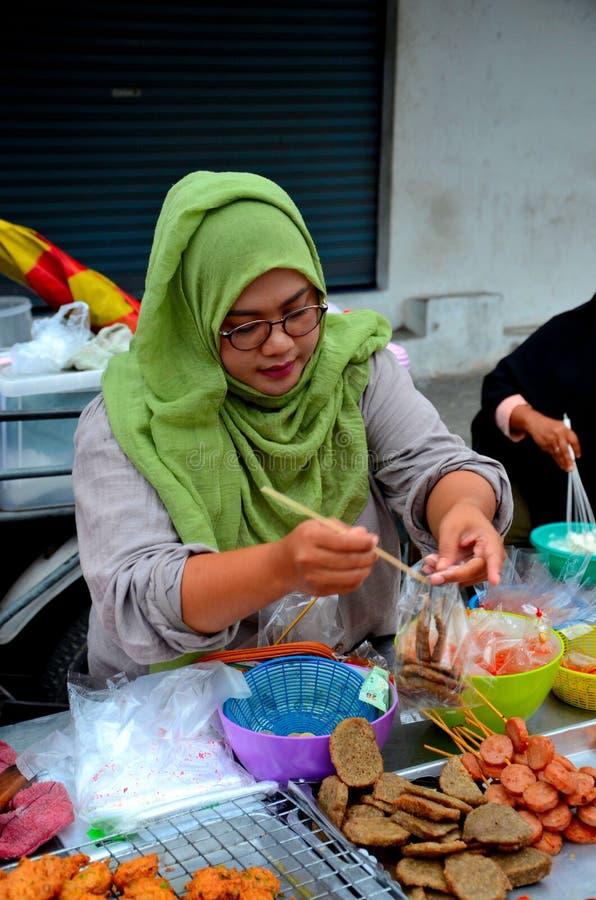 Мусульманский тайский кашевар женщины на стойле улицы на базаре Pattani Таиланде улицы еды стоковые изображения rf
