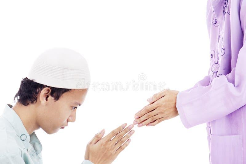 Мусульманский человек извиняется к кто-то стоковое фото rf