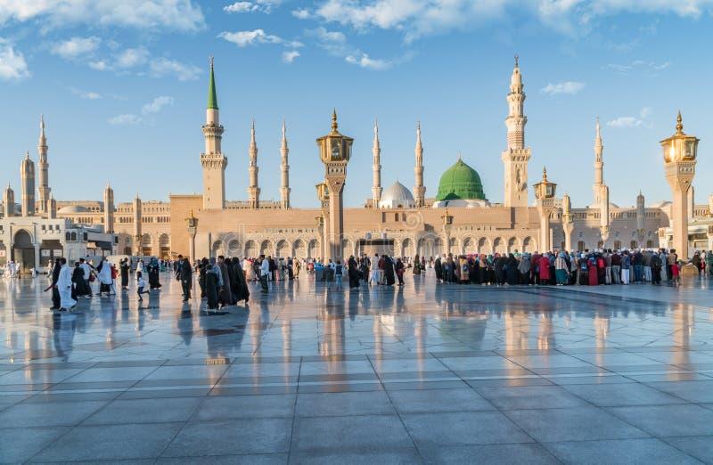 Мусульмане собрали для мечети Nabawi поклонению, Medina, Саудовской Аравии стоковые изображения