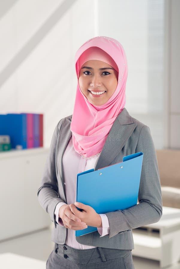 Мусульманская бизнес-леди стоковое фото
