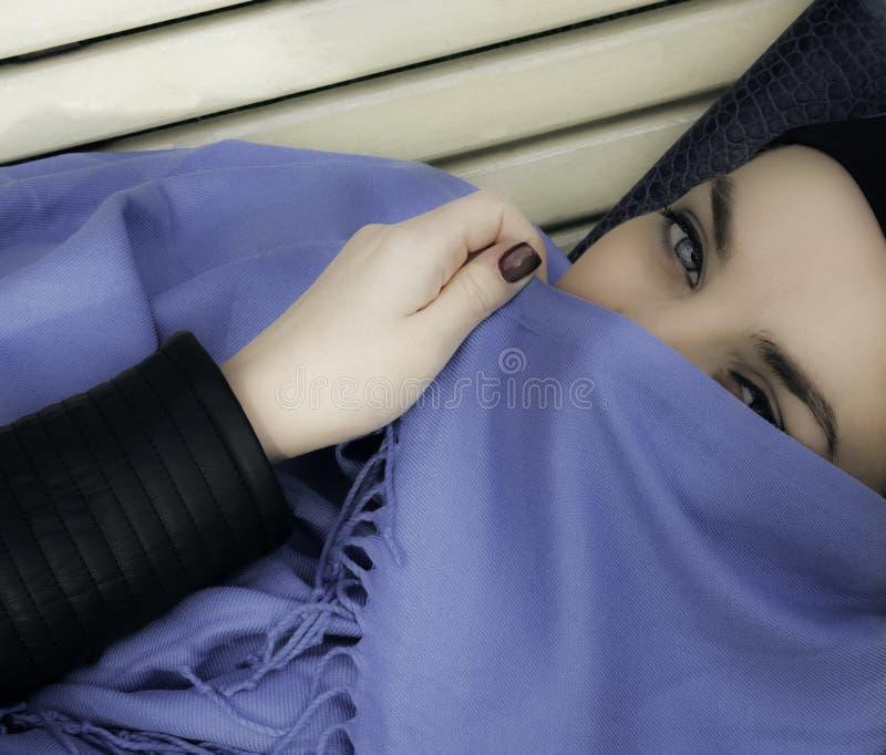 Мусульманская девушка Молодая аравийская женщина в hijab yashmak стоковые фотографии rf